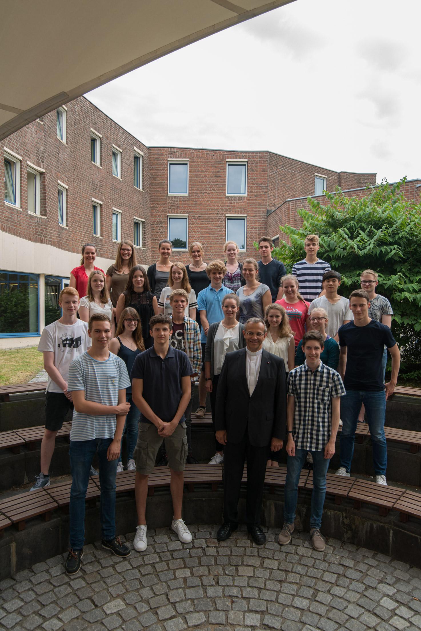 Schüler treffen sich ein Jahr vor dem Abitur, um sich über religiöse, politische und gesellschaftliche Themen auszutauschen
