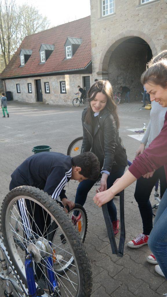 Campus-Weggemeinschaftler packen an und reparieren Fahrräder